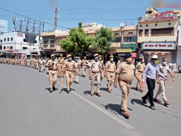 पखवाड़े के तहत फ्लैग मार्च के दौरान मौजूद कलेक्टर और एसपी सहित अन्य। - Dainik Bhaskar