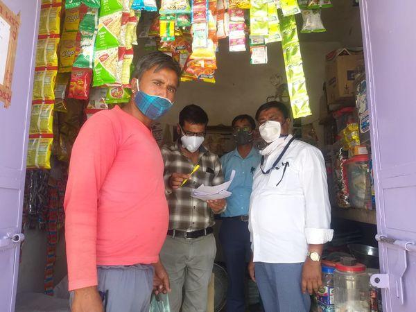 कडलू गाँव में दुकानदार का चालान काटने की कार्रवाई करती संयुक्त जांच टीम। - Dainik Bhaskar