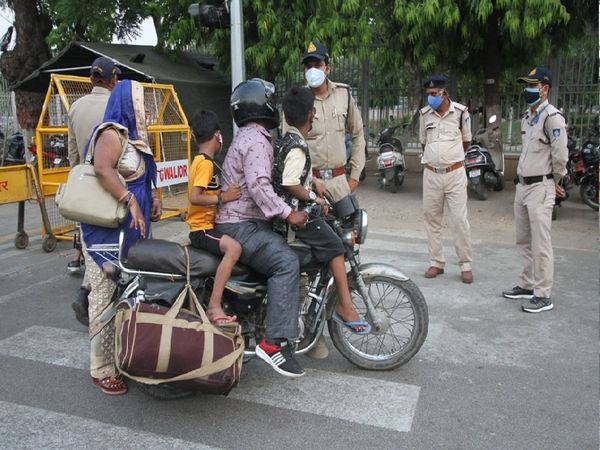 एक गाड़ी पर चोर लोग पुलिस ने  पकड़कर पूछा कोरोना फैलाकर ही मानोंगे - Dainik Bhaskar