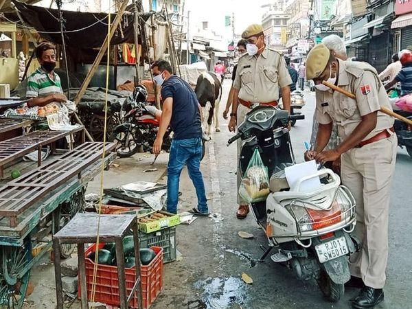 अजमेर के आगरा गेट पर कार्रवाई करती पुलिस