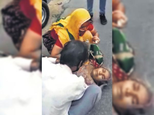 जेएलएन अस्पताल के बाहर गिरी वृद्धा। - Dainik Bhaskar