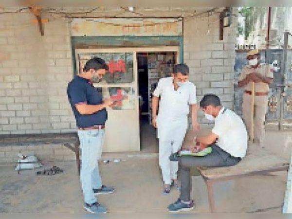 फागलिया, मेडिकल स्टोर पर इलाज करने पर दुकान सीज करते अधिकारी। - Dainik Bhaskar