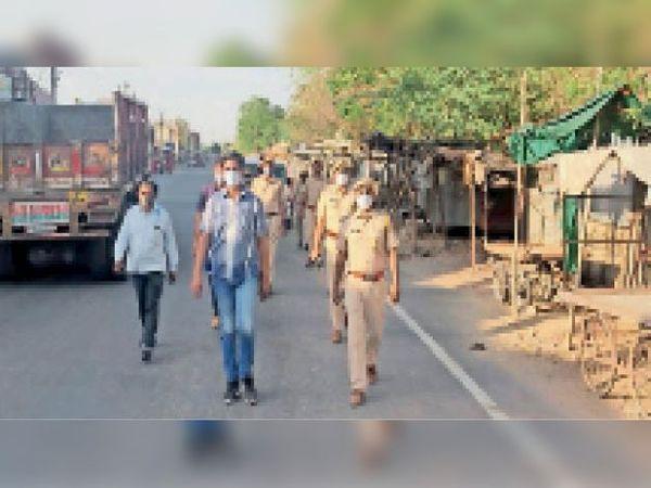 चौहटन, जन जागरूकता के लिए पुलिस ने निकाला फ्लैग मार्च। - Dainik Bhaskar