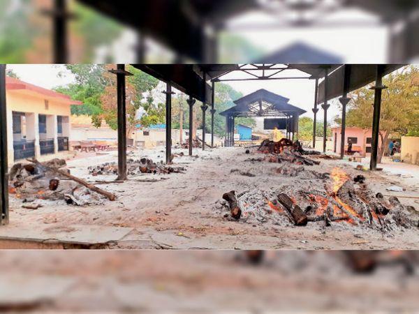चिकित्सा विभाग ने रविवार को जिलेभर में केवल 5 की मौत की सूची जारी की, जबकि अजमेर के पहाड़गंज मुक्तिधाम में ही 5 काेराेना संक्रमित शवाें का अंतिम संस्कार हुआ। - Dainik Bhaskar