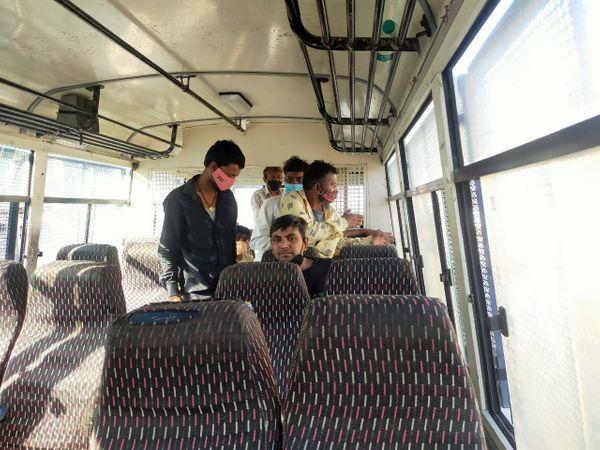 पकडे गए लोगों को बस में डालकर क्वारेंटाइन सेंटर भेजते हुए।