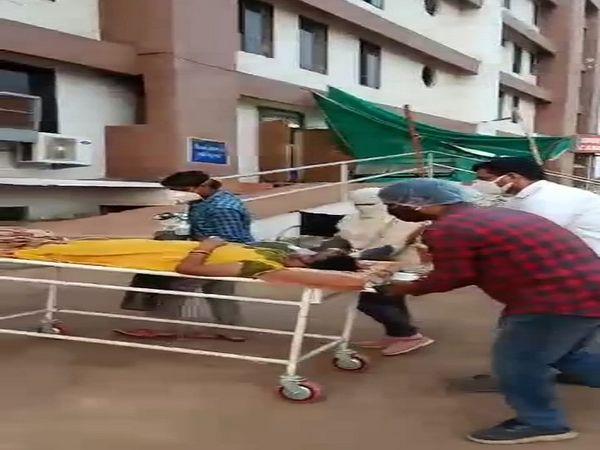 MLA देवेन्द्र यादव ने खुद ही गाड़ी से उतार कर स्ट्रेचर से हॉस्पिटल पहुंचाया।