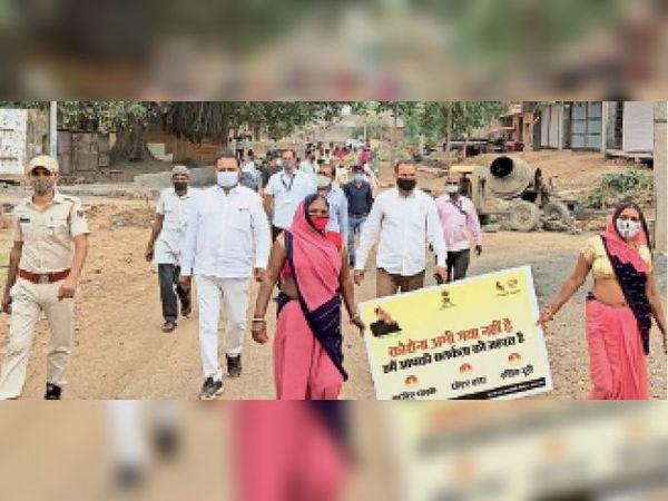 छीपाबडौद. गगचाना में कोरोना जागरूकता के लिए फ्लैग मार्च करते अधिकारी, कर्मचारी व जनप्रतिनिधि। - Dainik Bhaskar