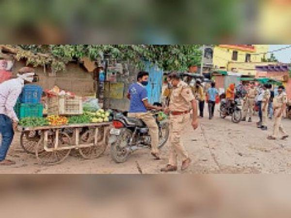 देवरी. बेवजह बाजार में घूम रहे लोगों के चालान बनाती पुलिस। - Dainik Bhaskar