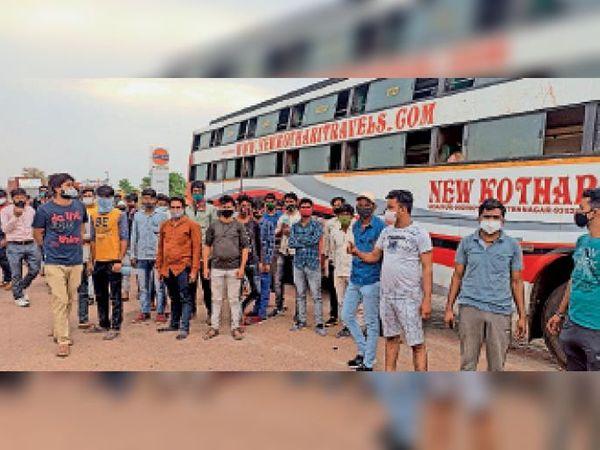 कस्बाथाना. राजस्थान-मध्यप्रदेश की सीमा पर उतारने पर हंगामा करते बस के यात्री। - Dainik Bhaskar
