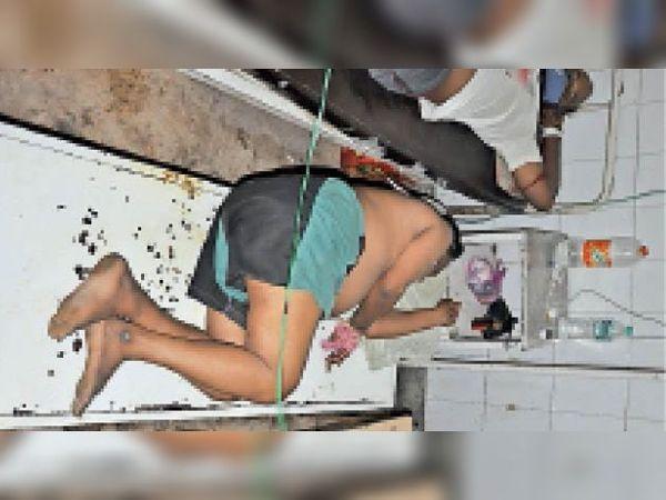 बूंदी. सर्जिकल वार्ड स्थित आइसोलेशन में बैंच पर लेटा रोगी, जिसे भीतर वार्ड में बेड नहीं मिला। - Dainik Bhaskar