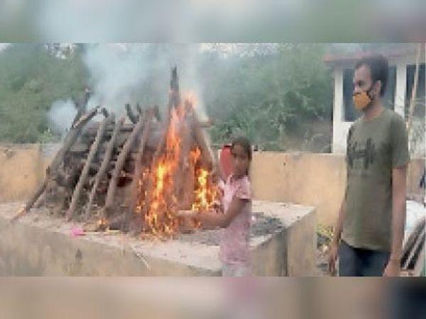 लाखेरी. छोटी उम्र में ही बड़ी जिम्मेदारी... मनीषा और स्वाति नामक बालिकाओं ने अपने-अपने पिता की अंतिम विदाई की विधिवत रस्म निभाई। - Dainik Bhaskar