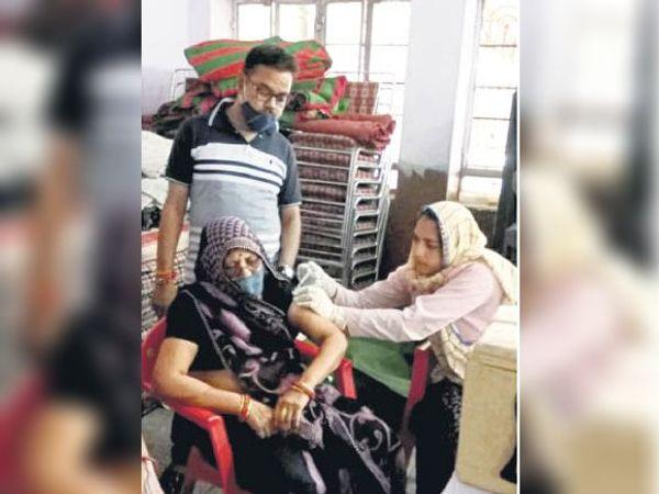 करौली। कोरोना से बचाव के लिए टीका लगवाते हुए सीनियर सिटीजन महिला। - Dainik Bhaskar