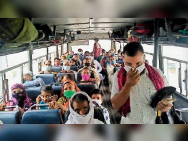 हिंडौन सिटी|रोडवेज बसों में सोशल डिस्टेंसिंग की पालना नहीं होने से संक्रमण का फैलने का अंदेशा बना हुआ है। - Dainik Bhaskar