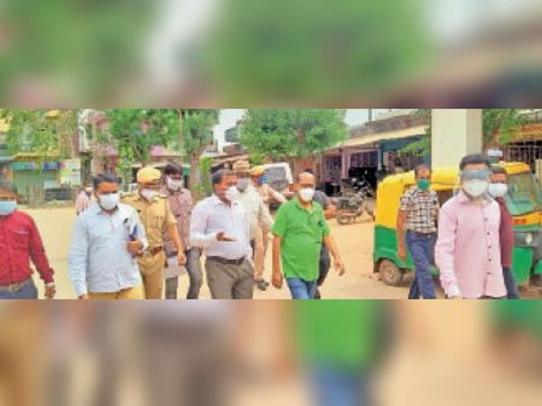 हिंडौन सिटी|एडीएम सुदर्शन सिंह अस्पताल का निरीक्षण करते हुए। - Dainik Bhaskar