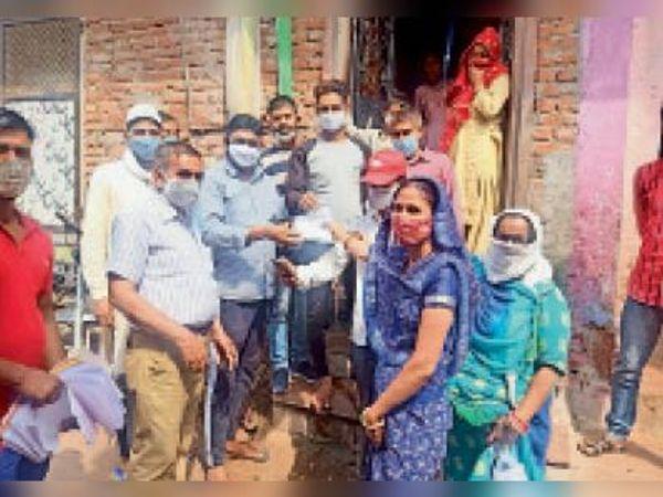 करौली। नगर परिषद की टीम ने घर-घर जाकर दवाई बांटकर और लोगों को किया जागरूक। - Dainik Bhaskar
