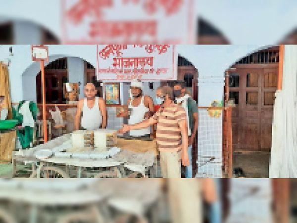 कोविड सेंटर में भर्ती मरीजों को भोजन दे रहे। - Dainik Bhaskar
