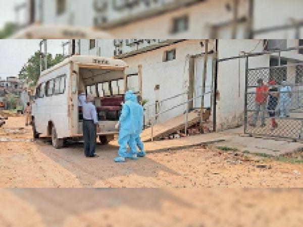 कोरोना मरीज को कोविड अस्पताल शिफ्ट करने पहुंचे स्वास्थ्य कर्मचारी। - Dainik Bhaskar