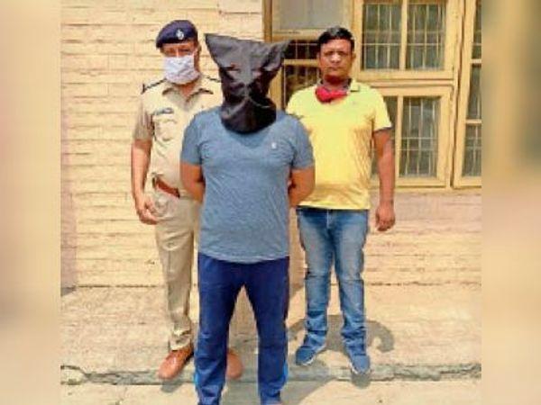पुलिस गिरफ्त में आराेपी प्रदीप। - Dainik Bhaskar