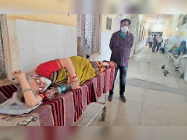 सवाई माधोपुर। बेड के इंतजार में अस्पताल के गलियारे में स्ट्रेचर पर लेटी वृद्धा। - Dainik Bhaskar