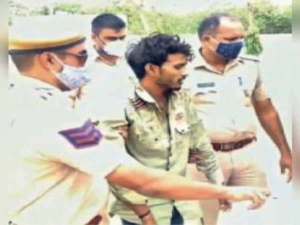 मलारना स्टेशन। फायरिंग करने के आरोपी को थाने ले जाती पुलिस। - Dainik Bhaskar