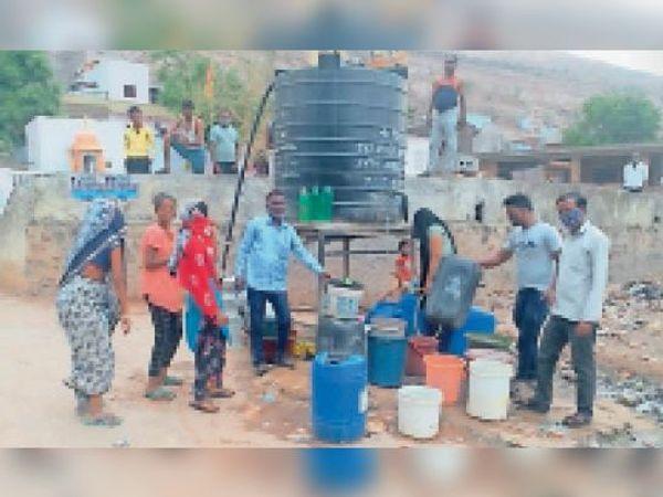 सवाई माधोपुर। शहर की हरिजन बस्ती में बोरिंग पर पानी भरने के लिए लगी भीड़। - Dainik Bhaskar