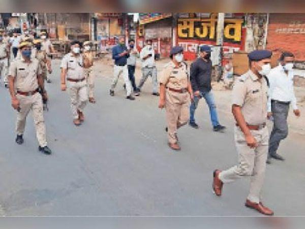 सवाई माधोपुर| गाइडलाइन की पालना के लिए बजरिया में फ्लैग मार्च करती पुलिस। - Dainik Bhaskar