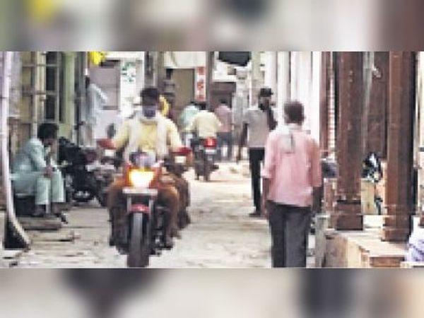 बोरदा| मित्रपुरा में वीकेंड कर्फ्यू के दौरान बाजार में घूमते लोग। - Dainik Bhaskar