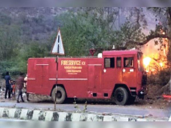 सवाई माधोपुर| परमहंस योगाश्रम के पास पेड़-पौधों में लगी आग तथा मौके पर पहुंची दमकल। - Dainik Bhaskar
