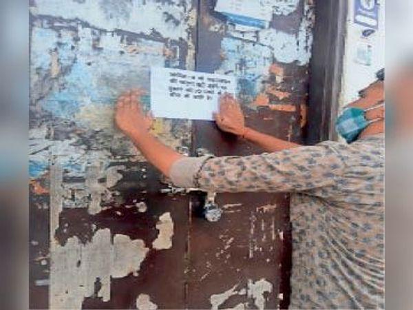 बनेठा|वीकेंड कर्फ्यू का उल्लंघन करने पर दुकान को करता प्रशासन। - Dainik Bhaskar