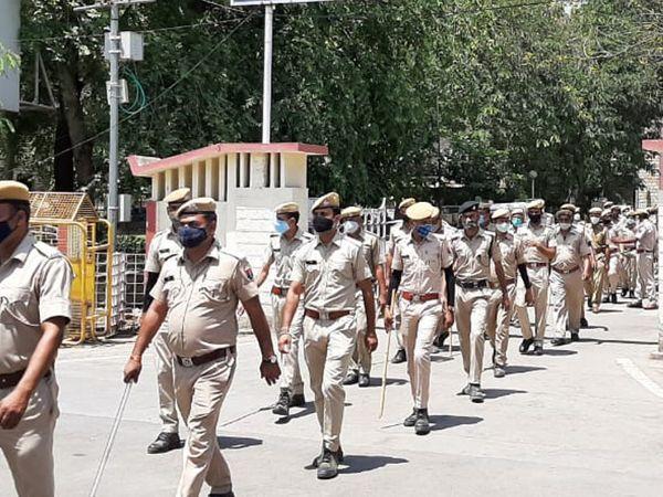 पुलिस ने फ्लैग मार्च निकाला। - Dainik Bhaskar
