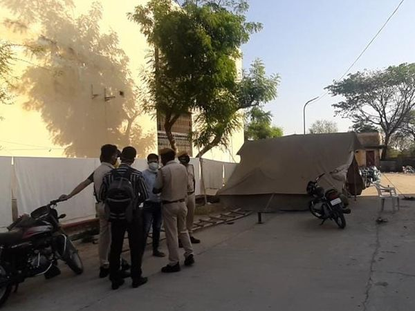 मौके पर पहुंची पुलिस जांच करते हुए। - Dainik Bhaskar
