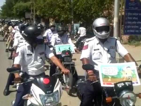 बाइक पर तख्तियां लगाकर दिया मैसेज। - Dainik Bhaskar