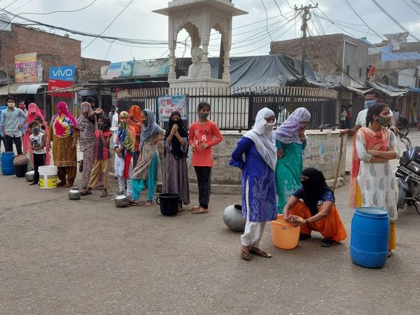 सवाई माधोपुर के मान सिंह सर्किल पर प्रदर्शन करने पहुंची महिलाएं। - Dainik Bhaskar