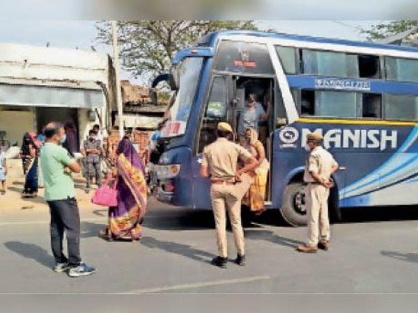 सवारियों से खचाखच भरी बस को खाली कराकर सीज किया। - Dainik Bhaskar