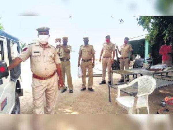 सैंपऊ, गांव में शांति व्यवस्था बनाए रखने के लिए तैनात पुलिस जाब्ता - Dainik Bhaskar