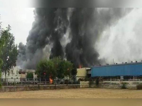 दिल्ली-रोहतक रोड पर गांव रोहद में स्थित माशु ब्रेक कंपनी में लगी आग से उठता धुएं का गुब्बार। - Dainik Bhaskar