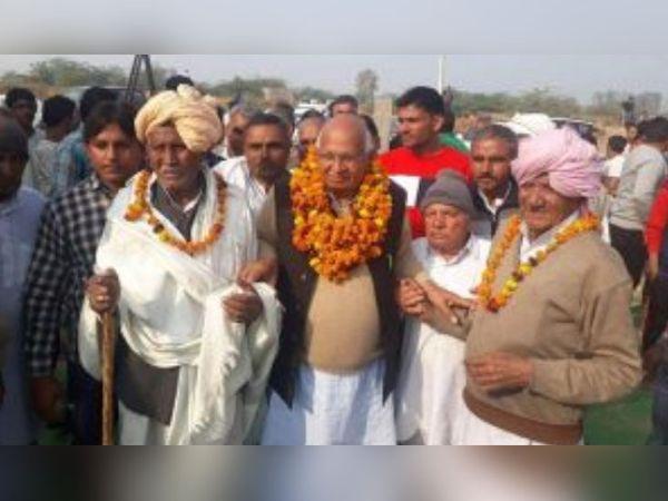 2019 के विधानसभा चुनाव के वक्त प्रचार अभियान के दौरान जनता के बीच पहुंचे JJP के वरिष्ठ नेता दयानंद कुंडू। -फाइल फोटो - Dainik Bhaskar