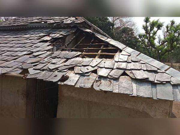 कांगड़ा जिले के बेई गांव में आग लगने से जला घर। यहां काफी नुकसान हुआ है। - Dainik Bhaskar