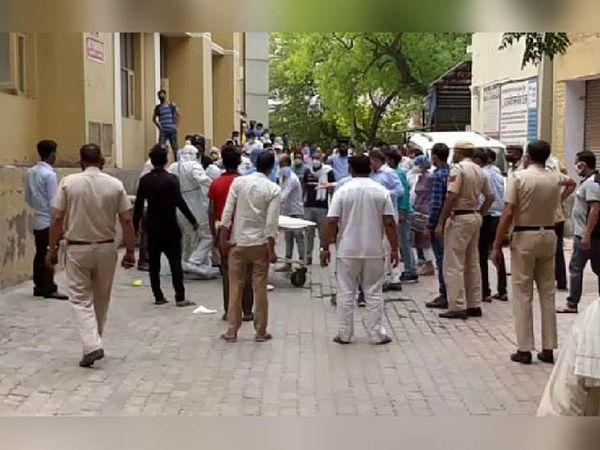घटनास्थल पर मौजूद पुलिस और अन्य लोगों की भीड़।