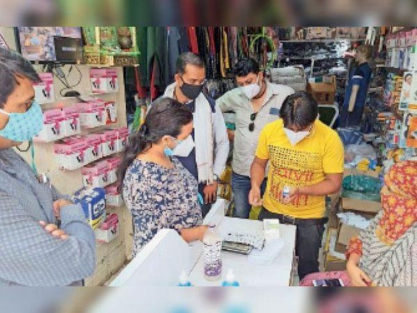 दबिश के दौरान दुकानदार से जानकारी लेती सीएसपी। - Dainik Bhaskar