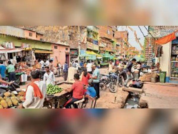 सदर अस्पताल मे आक्सीजन सिलेन्डर, बाजार में सोशल डिस्टेंसिंग का पालन नहीं कर रहे लोग संक्रमण का बना है डर। - Dainik Bhaskar
