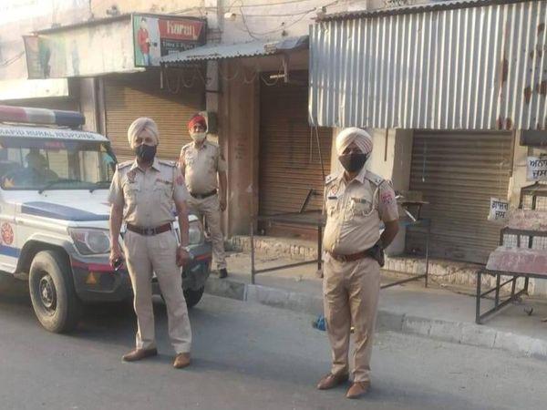 गांवों में लॉकडाउन नियम को सख्ती से लागू कराने के लिए तैनात की गई पुलिस। - Dainik Bhaskar
