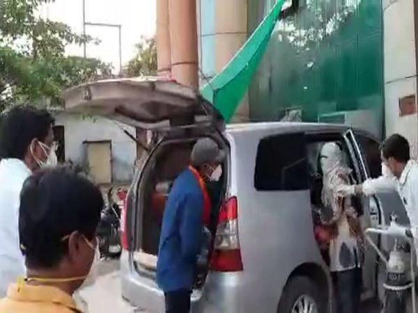 सुपेला अस्पताल से विधायक ने अपनी गाड़ी से ऑक्सीजन सिलेंडर को लाकर व्यवस्था की।