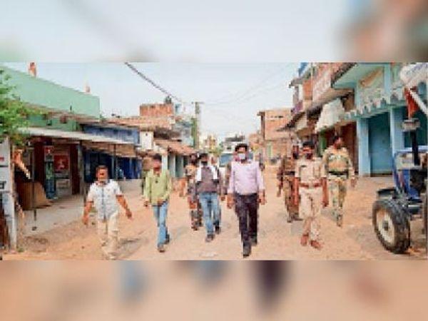 बाजार में उपस्थित बीडिओ व पुलिस बल। - Dainik Bhaskar