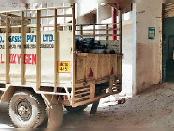भिवानी। चौ.बंसीलाल नागरिक अस्पताल में ऑक्सीजन गैस सिलेंडर लेकर पहुंचा वाहन। - Dainik Bhaskar