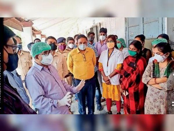स्वास्थ्यकर्मियों को समझाते सिविल सर्जन व सदर एसडीओ। - Dainik Bhaskar