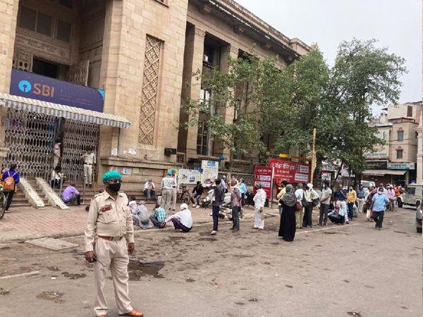 बैंक के बाहर भीड़ की सूचना पर पहुंची पुलिस, सोशल डिस्टेंस के साथ लगवाई लाइन