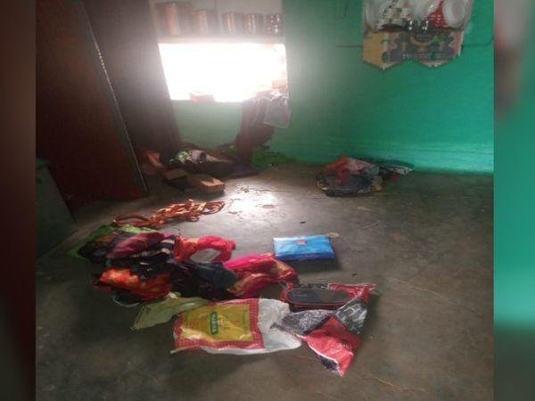 दीवार तोड़कर घर में घुसे  थे चोर - Dainik Bhaskar
