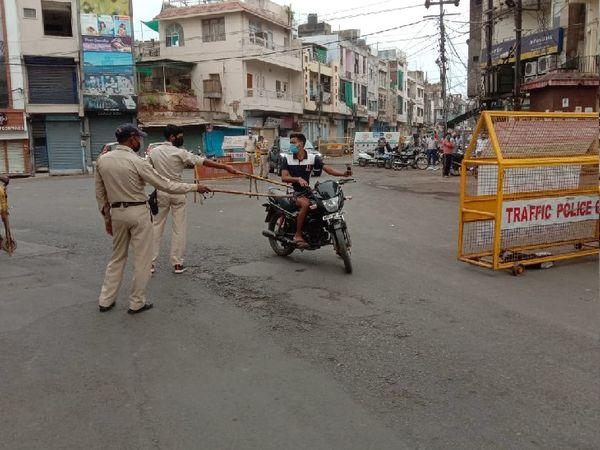 सड़कों पर पुलिस हुई सख्त - Dainik Bhaskar