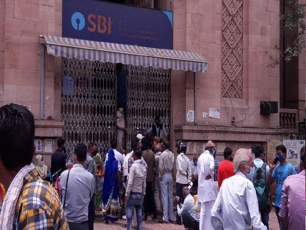 बाड़ा स्थित एसबीआई बैंक के बाहर भीड़ उमड़ी। - Dainik Bhaskar